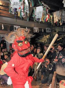 花祭りで剣を手に優雅に舞う「山見鬼」=東栄町の御園地区で