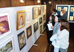 赤松名誉館長のちぎり絵などが並ぶ内蔵ギャラリー=磐田市の旧赤松家で