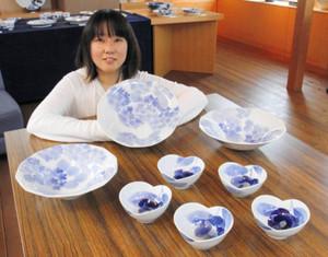 「透明感と深みのある青が魅力」と話す前田江里奈さん=瀬戸市の瀬戸染付研修所で