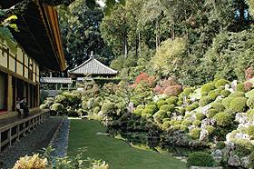 紅葉で色づく名勝、龍潭寺の庭園