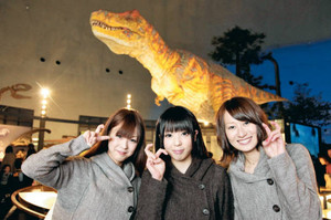 結成された「恐竜ガールズ」の(左から)水上なつきさん、黒田恵利香さん、長谷川恵理さん=勝山市の県立恐竜博物館で