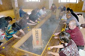 ゆず湯のサービスも始まり、大勢でにぎわう「天神の湯」=津幡町倉見で