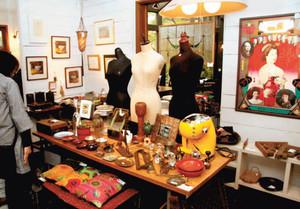 多彩な収集品が並ぶギャラリー=富士宮市青木平の「芸術空間あおき」で