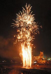 温泉街の冬空を彩った花火=下呂市の下呂温泉街で