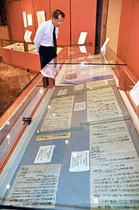 売薬商の密田家の資料が並ぶ企画展=富山市安養坊で