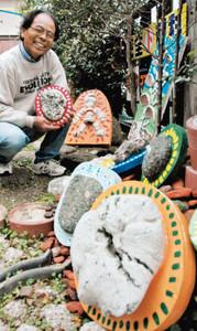 漂流物を活用したオブジェを展示する佐溝さん=豊川市大橋町で