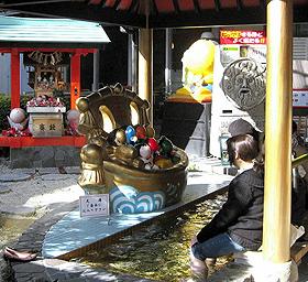 「さるぼぼ黄金の足湯」でくつろぐ浴客