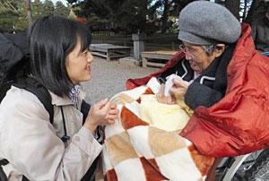 京都市から来た女性(右)に付き添う長谷川さん=金沢市の兼六園で