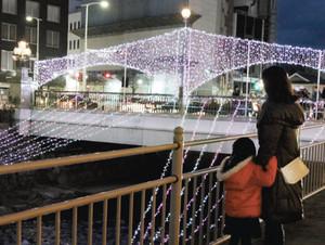 ピンクと白色のイルミネーションで彩られた千歳橋=松本市中央で