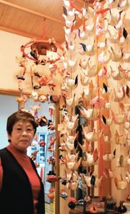 東日本大震災で子どもを亡くした親らのためにつるし飾りを作った高井和子さん=岐阜市長良で