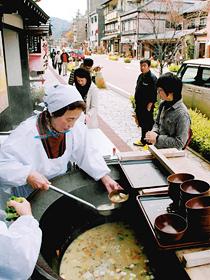 ゆげ街道沿いで「山の幸づくし鍋」を振る舞うお母さんたち