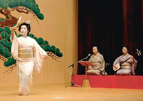 山中座で踊りを披露する新人芸妓の小乃葉さん