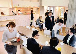 オープンを前にした内覧会で、カフェの雰囲気を楽しむ人たち=富山市古沢で