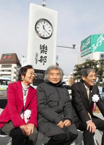 田部井淳子さん(左)、小沢征爾さん(中)らが揮毫した時計塔=松本市のJR松本駅前広場で