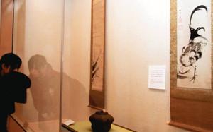 墨絵の美しさを紹介する展示。手前は伊藤若冲の「双鶏図」=福井市の愛宕坂茶道美術館で