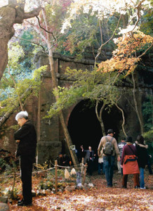 昨秋の公開の様子。大勢の人でにぎわった=春日井市玉野町の愛岐トンネル群で