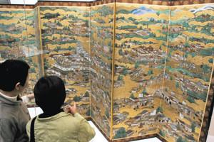 洛中洛外図屏風=岐阜市の市歴史博物館で
