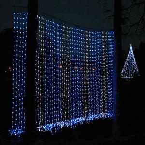 滝のように流れてみえるもの(手前)やクリスマスツリーなどのイルミネーション=駒ケ根市の中央アルプス観光本社前で