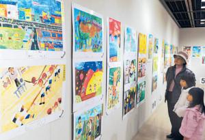 児童らの力作が並ぶ会場=名古屋市中区の市民ギャラリー栄で