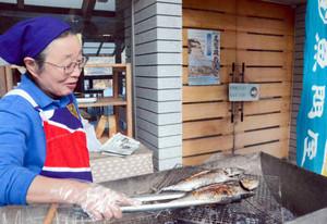 店の外でソマガツオを焼くスタッフ=尾鷲市向井の夢古道おわせで
