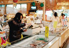 道の駅「紀伊長島マンボウ」で買い物を楽しむ女性客
