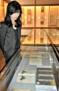 松尾芭蕉の文学を伝える史料が並ぶ会場=伊賀市の芭蕉翁記念館で