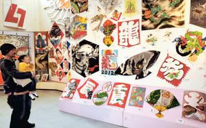全国の干支凧を紹介した新春特別企画展=東近江市の八日市大凧会館で