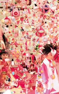 華やかでかわいらしいつるし飾りを楽しむ女の子たち=19日、東伊豆町で(山谷道尚撮影)