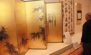 谷文晁の屏風(手前)など、田安家ゆかりの展示品=福井市立郷土歴史博物館で