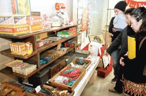 1964年当時の駄菓子やおもちゃが並ぶ会場=羽島市竹鼻町の市歴史民俗資料館・映画資料館で