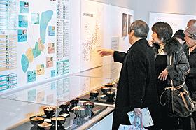 食文化館で全国の雑煮文化コーナーに見入る観光客