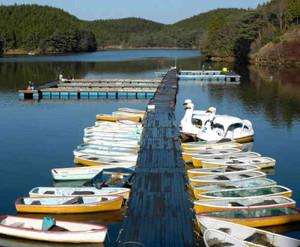 湖面でのワカサギ釣り用に延長された桟橋=恵那、中津川市境の保古の湖で