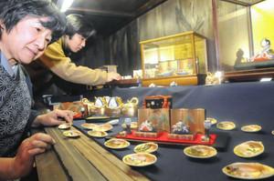 被災地でも同時開催しているひな人形展=名古屋市守山区中志段味の「和陶楽」で