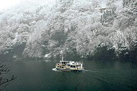 水墨画の世界に入り込んだような冬の庄川峡遊覧