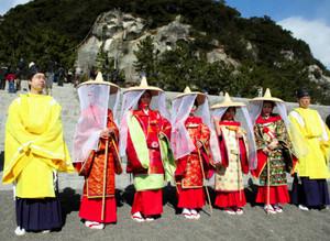 10月に開かれる「錦の御幡献上行列」の衣装イメージ=熊野市の七里御浜で
