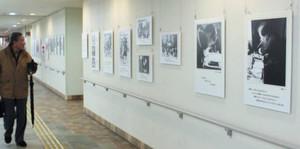 中村久子さんの生涯を紹介するパネルが並ぶ会場=岐阜市橋本町のハートフルスクエアーGで