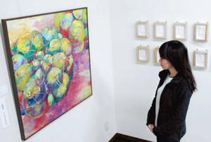 大賞に選ばれた日本画「むくむく」を鑑賞する来場者=磐田市のギャラリー「パッション2」で