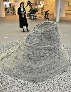 安全ピンで作られた山を見る来館者=名古屋市東区の愛知芸術文化センターで