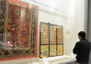 美しい花々が描かれたふすまなどに見入る人=長浜市の曳山博物館で