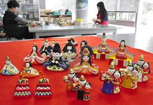 一つ一つ手作りされる土人形のおひなさま=富山市安養坊で