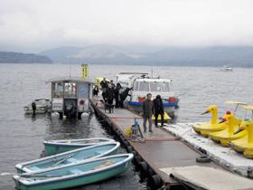 山中湖遊覧に訪れた観光客。お目当ての富士山は雲の中