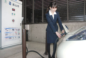 庁舎横に設置された電気自動車用の急速充電器=高山市役所で