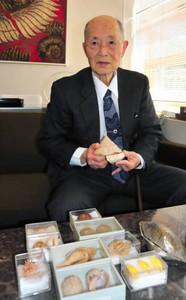 リュウグウオキナエビスなど貴重な貝の標本を寄贈した原田さん=豊橋市自然史博物館で