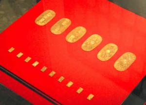 金色にまばゆく輝く小判と一分金=幸田町立図書館で
