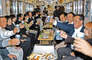 電車に揺られながら乾杯する居酒屋電車の乗客たち=福井市のフェニックス通りで