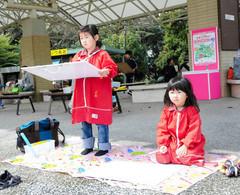 暖かい天気の中、動物を見ながら絵を描く子どもたち=浜松市西区の浜松市動物園で