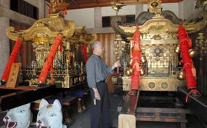 42年ぶりに披露されるみこし(右)を眺める小川さん。左はこれまで担いでいたみこし=豊川市の豊川稲荷で
