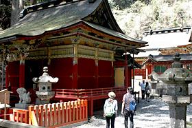 新緑の中で壮麗な構えを見せる鳳来山東照宮
