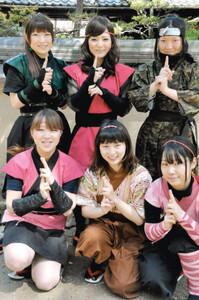 3年ぶりに新調した「くノ一」の衣装=伊賀市の伊賀流忍者博物館で