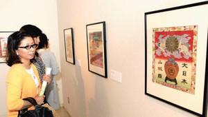 色鮮やかな蘭字に見入る来場者=浜松市中区の平野美術館で